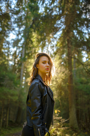 Outdoor fashion photo of young beautiful lady in a birch forest. 版權商用圖片 - 111683202