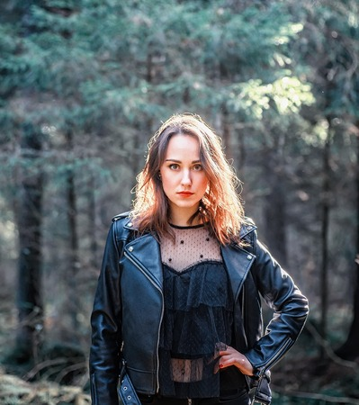 Outdoor fashion photo of young beautiful lady in a birch forest. 版權商用圖片 - 111683217
