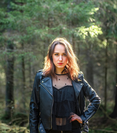 Outdoor fashion photo of young beautiful lady in a birch forest. 版權商用圖片 - 111683221