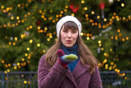 Happy woman smiling and Christmas tree behind 版權商用圖片 - 114748192
