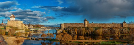 Medieval Hermann Castle Narva stronghold in the left and Ivangorod Fortress in the right 版權商用圖片