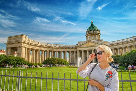 Beautiful woman posing over Kazan Cathedral in St. Petersburg 版權商用圖片