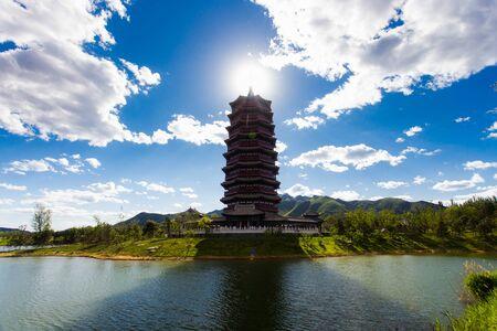 Chinesische Pagode, die strahlende Sonne hinter dem Tempel. Symmetrierahmen. Standard-Bild