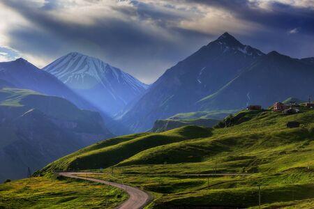 Paysage de montagne au coucher du soleil, avec les rayons du soleil. Banque d'images