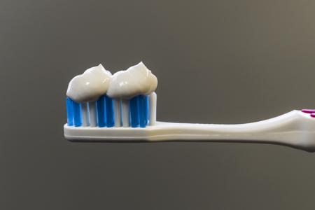 Pâte blanche enduite sur une brosse à dents Banque d'images - 88078911