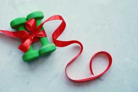 Les haltères sont un excellent cadeau pour la nouvelle année. Noël 2018. Un mode de vie sain. Banque d'images