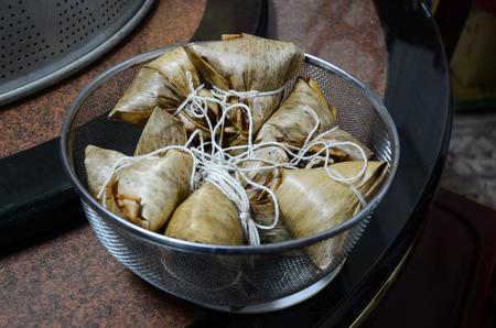 传统龙舟节食物概念打开zongzi或米饺子。亚洲食物蒸的黏米饭饺子与在芦苇叶子包裹的填料。