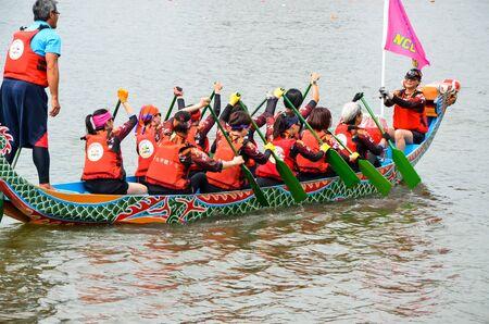 Taipei, Taiwan-JUN 08, 2019: Scene of a competitive boat racing in the traditional Dragon Boat Festival in Taiwan. Banco de Imagens