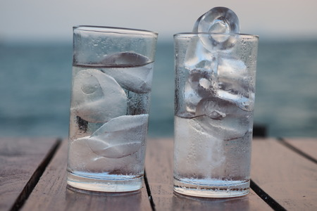 Glass of ice water Imagens - 56574312