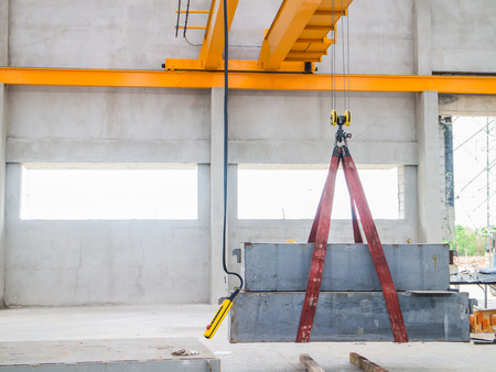 Test overhead crane inside the ware house. 版權商用圖片 - 29247761
