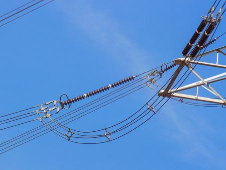 rendite: a tralicci di alta tensione contro il cielo blu