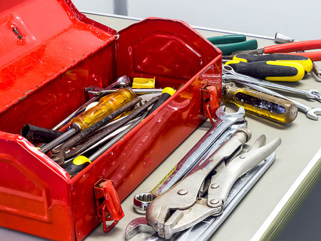 herramientas de construccion: Herramientas viejas bien utilizado y caja de herramientas roja Foto de archivo