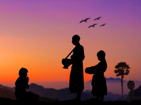 limosna: Gente de la silueta ponen ofrendas de comida en la limosna de un monje budista taz�n de buen m�rito