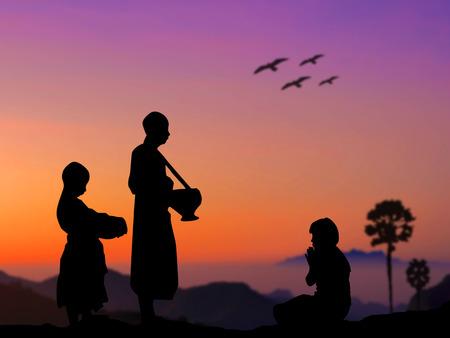 limosna: Gente de la silueta ponen ofrendas de comida en la limosna de un monje budista tazón de buen mérito