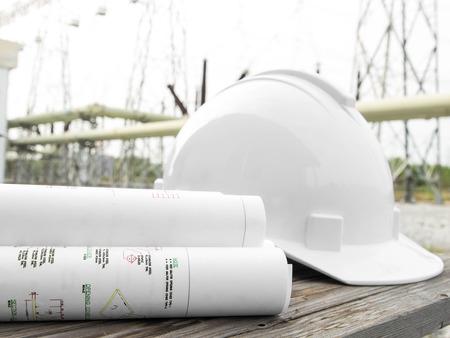 safety helmet: Anteproyecto arquitect�nico del edificio de oficinas con casco de seguridad sobre la subestaci�n
