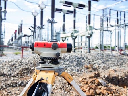 topógrafo: Equipos Surveyor taquímetro o teodolito al aire libre en el sitio de construcción Foto de archivo