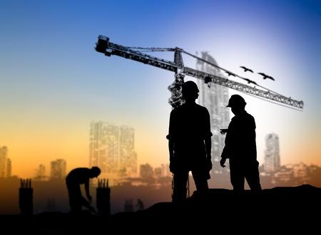 construcción silueta ingeniero más trabajador de la construcción borrosa en el sitio de construcción Foto de archivo