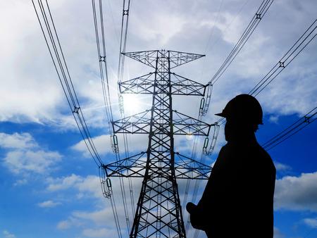 electricidad: silueta de ingenieros de pie en la estación de energía eléctrica