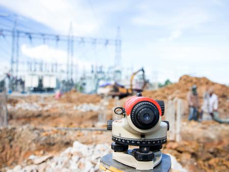 teodolito: Equipos Surveyor taqu�metro o teodolito al aire libre en el sitio de construcci�n Foto de archivo