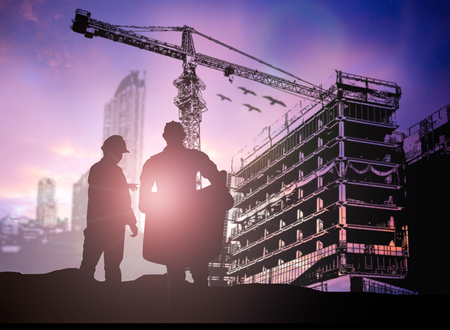 tools construction: ingeniero de la silueta en una obra de construcci�n sobre el sitio de la construcci�n borrosa Foto de archivo