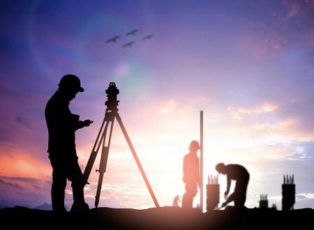 Ingénieur de l'enquête silhouette travaillant dans un chantier de construction plus flou travailleur de la construction sur le site de la construction Banque d'images - 44803465
