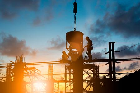 엔지니어 스탠드의 주문 엔지니어 파업 배경을 흐리게 파스텔 배경 위에 부어 시멘트를 부어. 스톡 콘텐츠