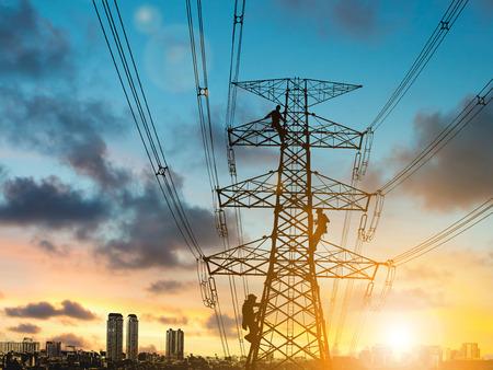 실루엣 엔지니어 수리 및 흐리게 건설 현장에 높은 전압 pylons에 전기 설치 작업 .CSR ESG 비즈니스 산업, 사람, 과학, 기술, 교통 개념에. 스톡 콘텐츠