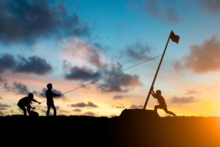 Silhouette team business helpt samenwerken als een team om uw doelen te bereiken om de eindstreep te bereiken over wazig natuurlijk. Motiveer medewerkersgroei concept. Stockfoto - 81958245