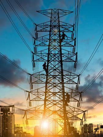 Silueta ingeniero de reparación y el trabajo de instalación eléctrica en torres de alta tensión más Borrosa sitio de construcción.CSR ESG Negocios en la industria, la gente, la ciencia, la tecnología, el concepto de transporte. Foto de archivo - 81954295