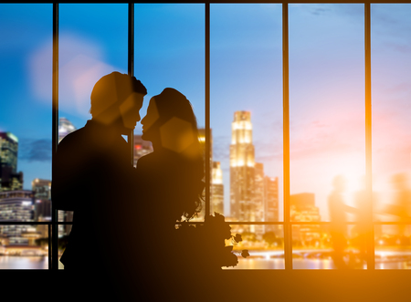 silhouette of romantic lovers couple over blurred beautiful city at night: love. concept.valentines concept 版權商用圖片 - 81958289