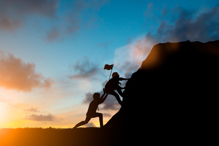 チーム ビジネス エンジニアはシルエットはジグソー パズルのピースを接続を一緒に仕事します。ぼやけて自然に進歩の考えを担当するチーム。チ