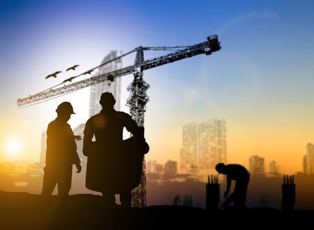 シルエット エンジニア建設現場建設現場でぼやけた建設労働者に