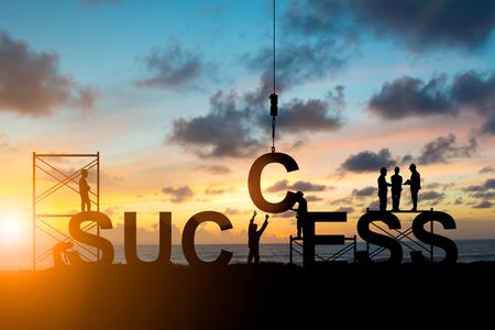 Les employés de Silhouette travaillent en équipe pour réussir sur le ciel flou au coucher du soleil. Le travail d'équipe, le succès, l'industrie, les entreprises, les gens, les ingénieurs, travaillent de façon systématique. Banque d'images