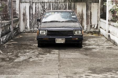 coche antiguo: Coche viejo en el carril Foto de archivo