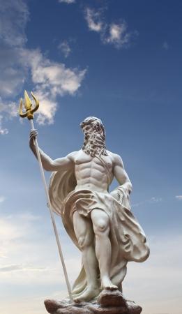 neptuno: Detalle de la estatua de Poseid�n en el fondo aislado cielo en venezia hua hin Tailandia
