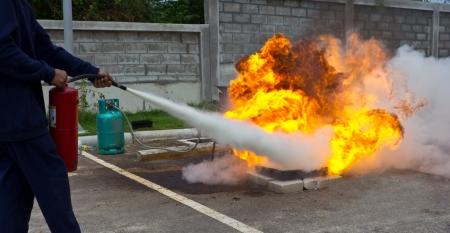 Feuerwehrmann Kämpfe Feuer während der Ausbildung Standard-Bild - 22600329