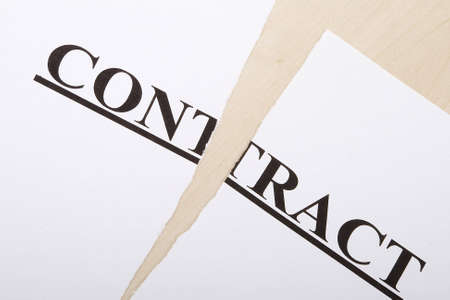 pacto: Roto contrato sobre la mesa