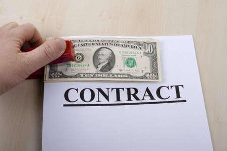 grapadora: contrato y el dinero atado por una grapadora  Foto de archivo