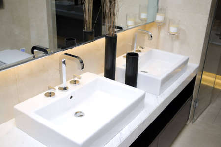 lavabo: modern bathroom with sinks and mirror Stock Photo