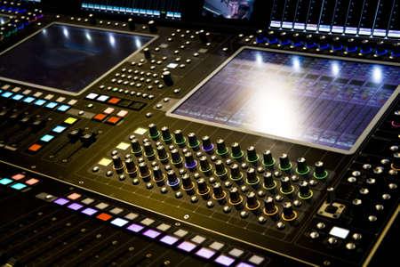party dj: mezclador de audio profesional en su escritorio Concierto Foto de archivo