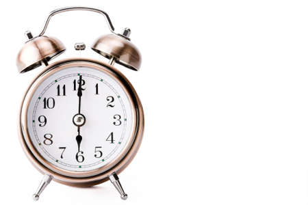 o�??clock: Cobre despertador mostrando las 6 de la ma�ana de lado dejando un espacio en blanco  Foto de archivo