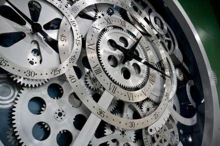 Close-up van de versnellingsbak uit klok werkt.