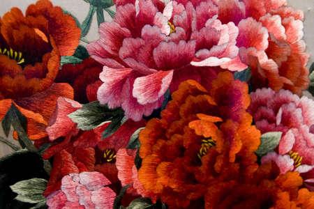 flores chinas: Coloridos bordados de peon�a en china  Foto de archivo