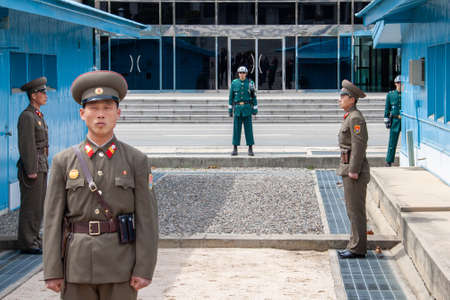Panmunjeom, North Korea - Apr 14, 2010: North and South Korean soldiers at the Military Demarcation Line. Redactioneel