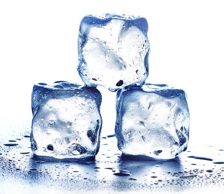 Ice cubes isolated on white. Кубики льда, изолированныe на белом фоне Banque d'images