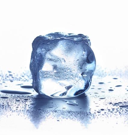 cubos de hielo: Cubo de hielo aislado en blanco. ????? ????, ????????????? ?? ????? ????