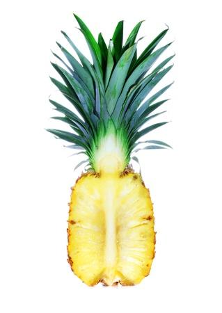 Ananas gesneden in de helft op een witte achtergrond geïsoleerd