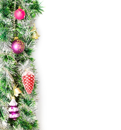 slingers: Kerst krans, grens met decoratie, ornament op een witte achtergrond