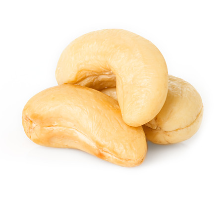 cashewnoten op wit wordt geïsoleerd