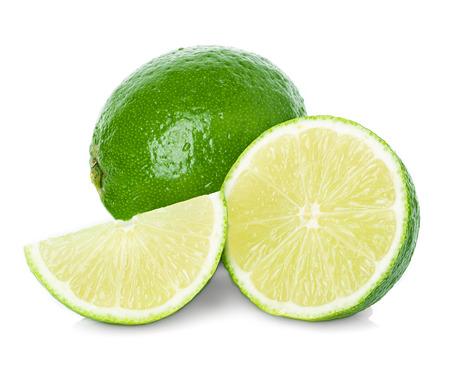 Limoenen met plakjes geïsoleerd